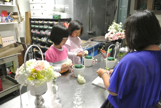 Learning to make flower girl baskets with Nancy Liu Chin